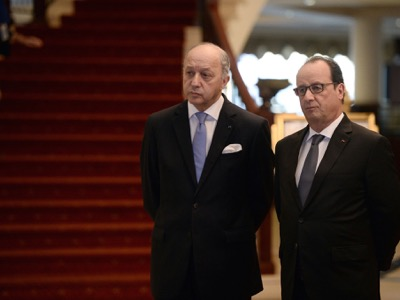 French Foreign Minister Laurent Fabius (L) speaks with French President Francois Hollande prior a pre-COP 21 climate meeting on November 12, 2015 in Malta on the sidelines of the European Union - Africa Summit on Migration. The 21st Session of the Conference of the Parties to the United Nations Framework Convention on Climate Change (COP21/CMP11), also known as ìParis 2015î will take place from November 30 to December 11, 2015. AFP PHOTO / STEPHANE DE SAKUTIN