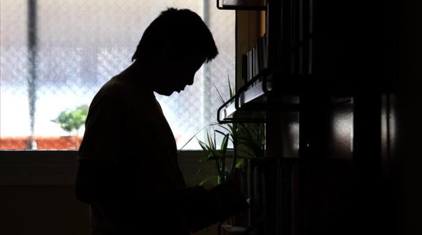BARCELONA 5 5 2011 CENTRO DE MENORES CRAE MINERVA EN LA IMAGEN JOSE EN LA ESTANTERIA DE LOS LIBROS FOTO DE JULIO CARBO
